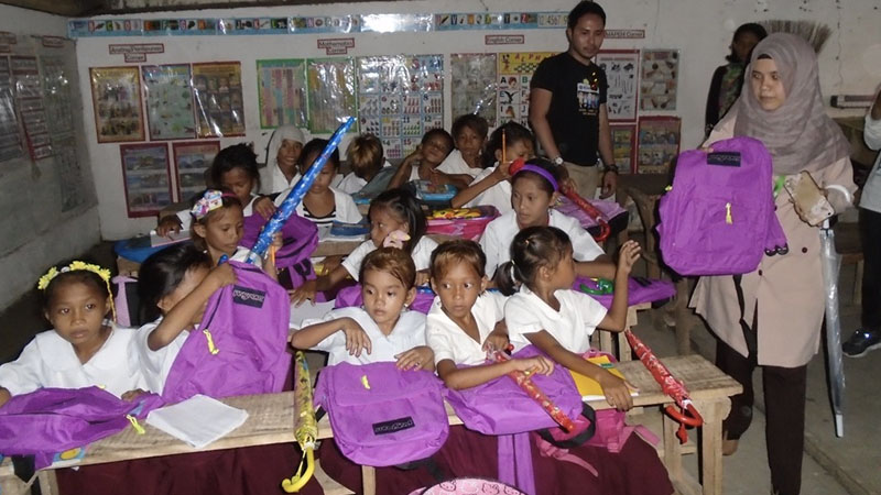 Dubai-based architect Ryan Banks of Kiwanis Club with students in Jolo, Sulu, Philippines.