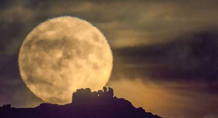 6 tips to taking perfect Blue Moon photo