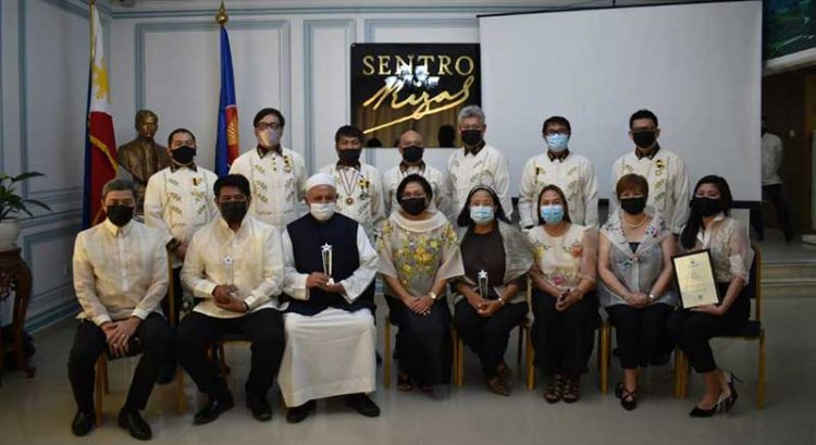 Four Filipinos given heroes' award in UAE, nurses get tribute